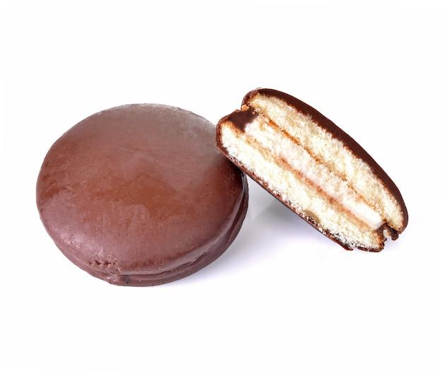 Gaufrettes au chocolat rondes sur fond blanc