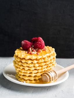 Gaufrettes, biscuits à motifs arrosé de miel