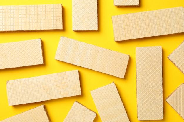 Gaufrettes sucrées sur fond jaune, vue de dessus