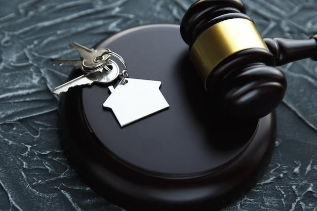 Gavel en bois et maison pour l'achat ou la vente de maisons d'enchères ou d'avocat de l'immobilier et du concept de construction.