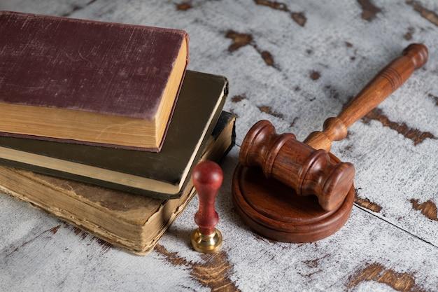Gavel notaire et cachet sur testament et dernière volonté. outils du notaire