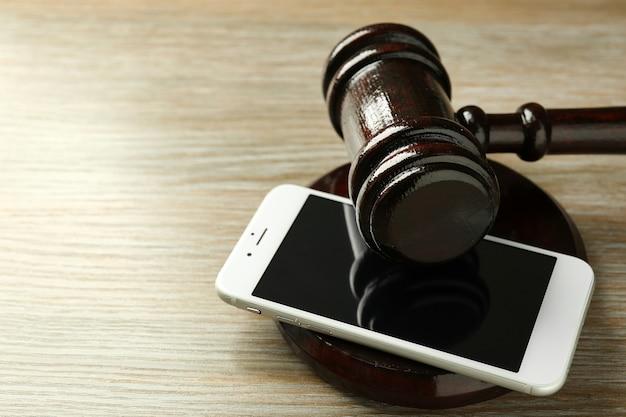 Gavel et smartphone sur fond de bois