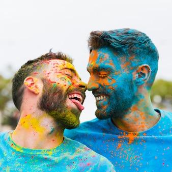 Gay s'amuser et s'embrasser sur le festival de holi