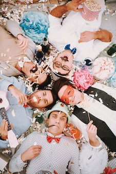Gays en nœuds papillon couchés en cercle
