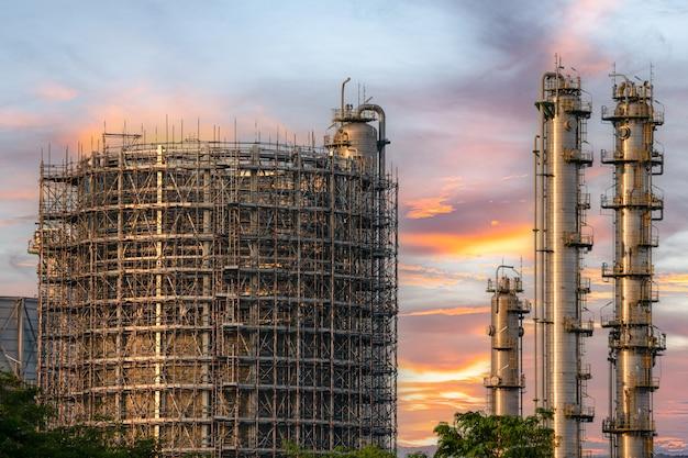 Gaz ou pétrole de centrale pour l'industrie au crépuscule