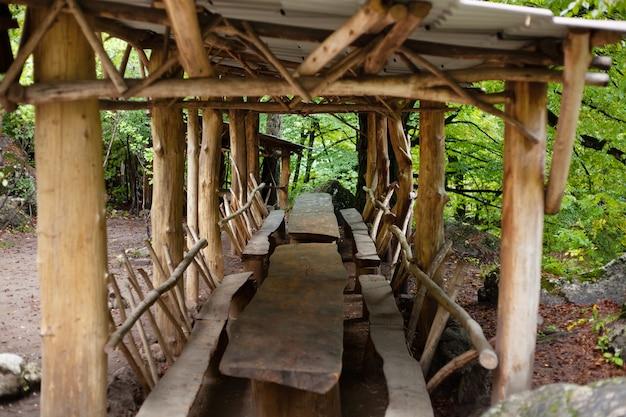 Gazebo en bois avec chaises et bancs