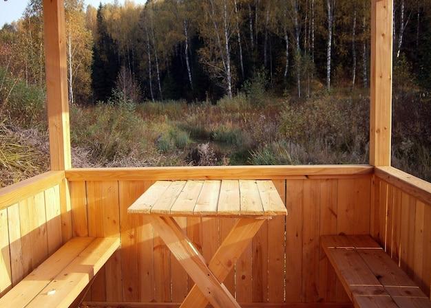 Gazebo en bois clair dans les bois