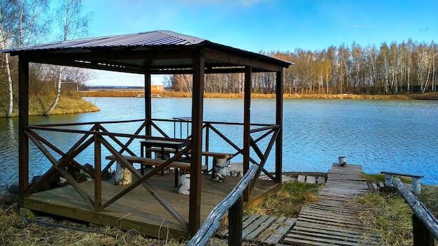 Le gazebo en bois sur le lac