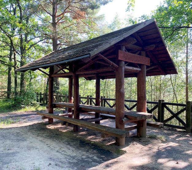 Gazebo en bois pour les vacanciers en forêt