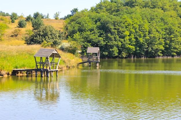 Gazebo sur jetée en bois sur le lac