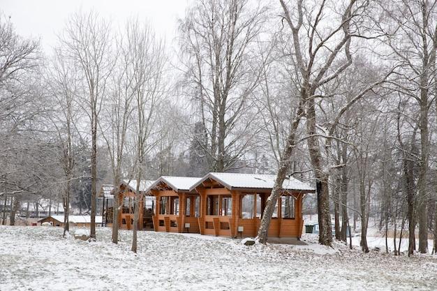 Gazebos en bois dans la nature en hiver. temps nuageux