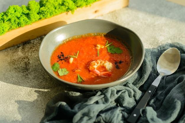 Gazpacho aux crevettes. gros plan d'un gaspacho de soupe de légumes froid espagnol