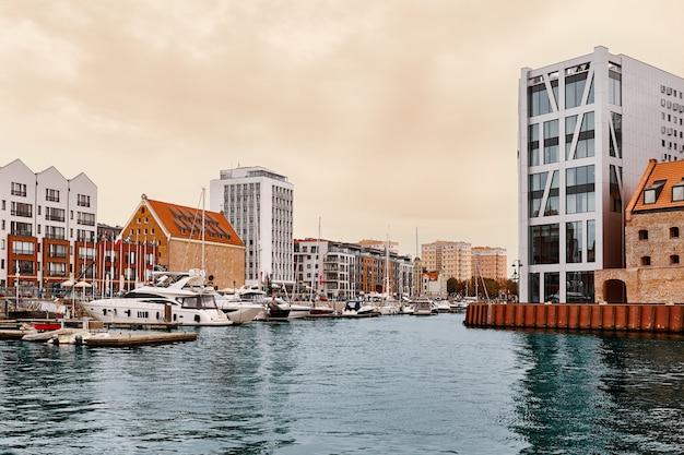Gdansk. marina avec paysage de yachts.