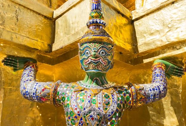 Géant au temple du bouddha d'émeraude, bangkok, thaïlande
