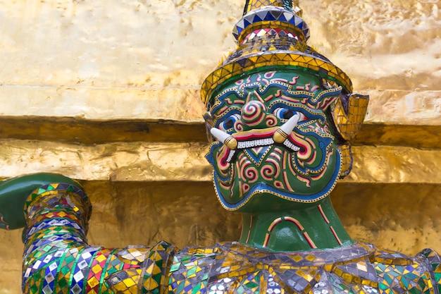 Géant au wat pra kaew, bangkok, thaïlande