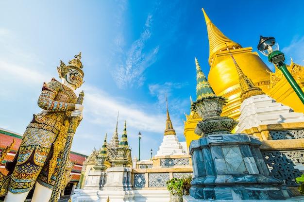 Géants du célèbre temple émeraude de bangkok, thaïlande