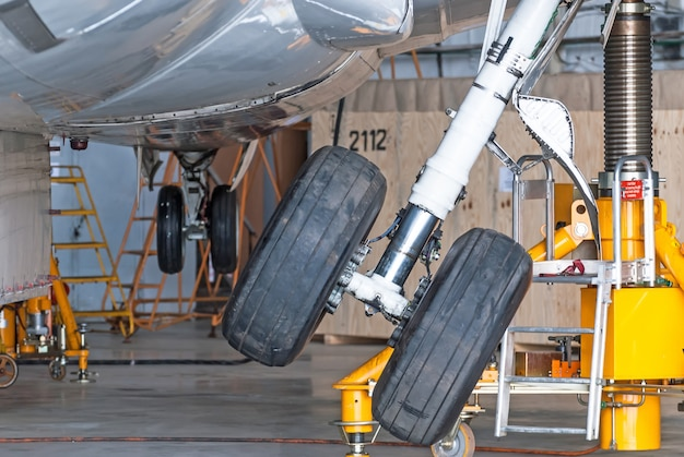 Gear up gear down chassis dans le hangar après la réparation de l'avion