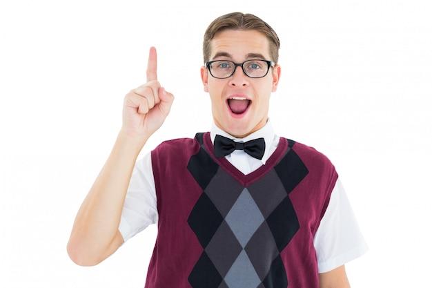 Geek hipster regardant la caméra et pointant vers le haut