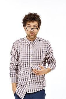 Geek mâle malpropre l'air fatigué et confus
