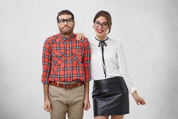 Geek masculin maladroit étant réservé, se sent perplexe et timide, tout comme le premier rendez-vous avec sa petite amie