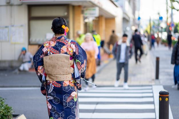 Geisha portant un kimono japonais dans les rues de kyoto