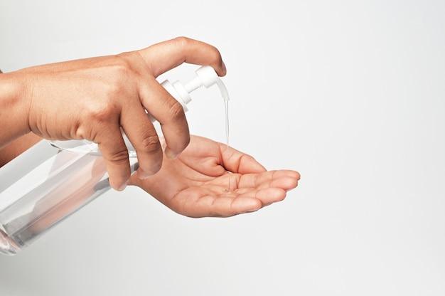 Gel d'alcool de pompe à main en bouteille pour nettoyer le coronavirus covid 19 sur fond blanc