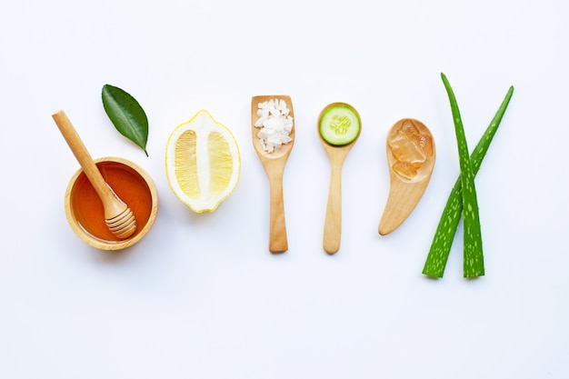 Gel d'aloe vera, citron, concombre, sel, miel. ingrédients naturels pour les soins de la peau faits maison
