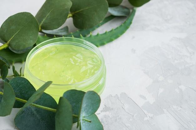 Gel d'aloe vera et d'ingrédients cosmétiques naturels d'eucalyptus sur fond clair