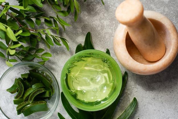 Gel d'aloe vera vert à côté d'ingrédients naturels