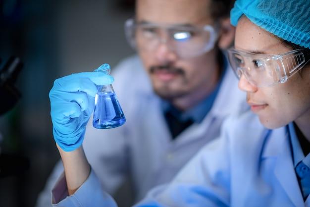 Gel à base d'alcool pour anti-covid-19, recherche pour la production d'antiseptiques dans les laboratoires chimiques.