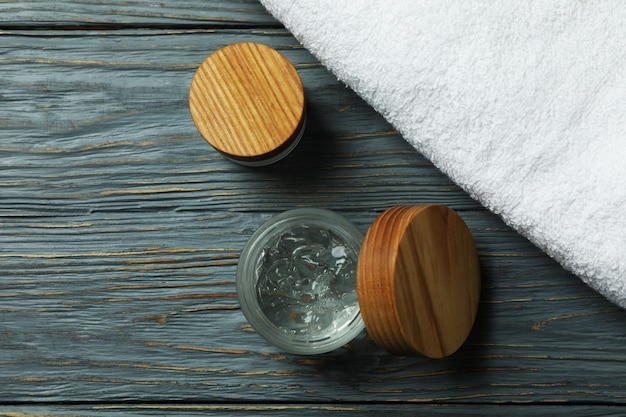 Gel coiffant et serviette sur table en bois