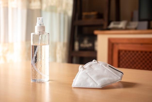 Gel désinfectant avec masque kn95, sur une table et des meubles