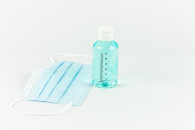 Gel désinfectant avec masque de protection médicale. concept de covid.