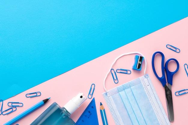 Gel désinfectant pour les mains et fournitures scolaires vue de dessus, espace copie