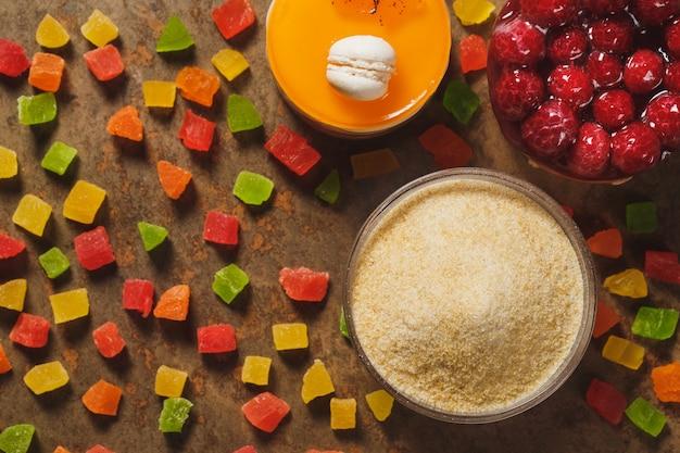 Gélatine et fruits confits. vue de dessus.