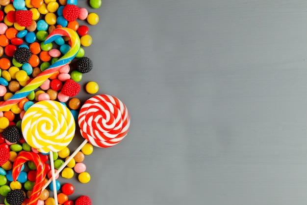 Gelée de bonbons colorés et marmelade sur fond vue de dessus