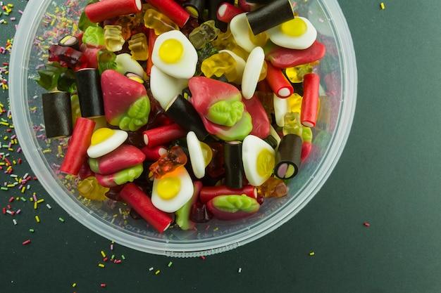 Gelée de bonbons dans un seau en plastique