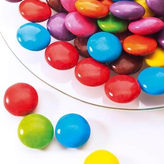 Gelée sucrée colorée sur une assiette, vue de dessus