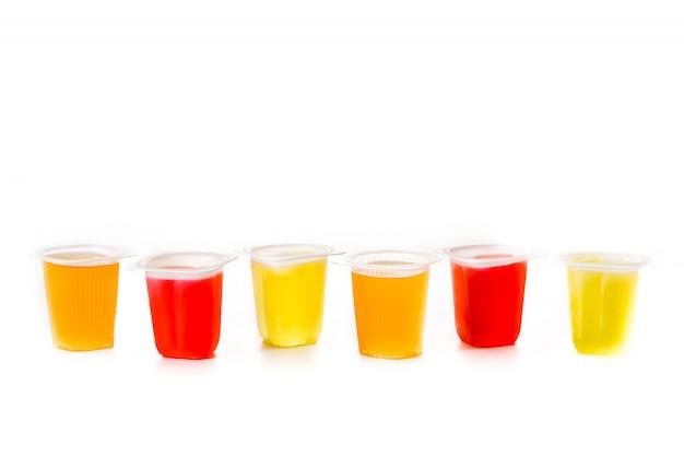 Gelées de différentes saveurs et couleurs isolées