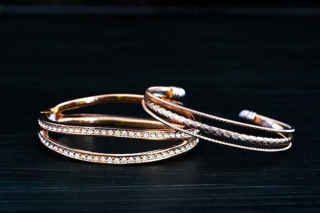 Gemme de diamant de bague en or gros plan. alliances en or avec diamant