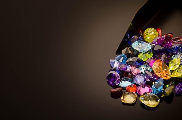 Gemstone multicolore ou gemme sur la table de l'éclat noir