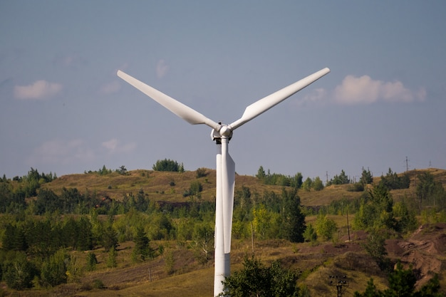 Générateur d'énergie éolienne contre le ciel bleu. fermer
