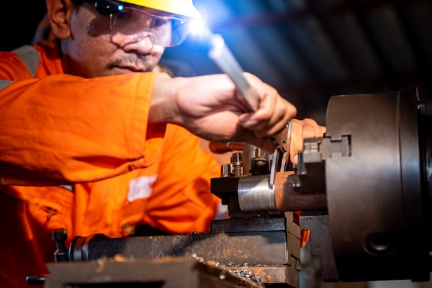 Génie industriel, porter des vêtements de sécurité, utiliser des pieds à coulisse, des instruments de mesure, contrôler des objets travaillant dans des installations industrielles, boutique, tour