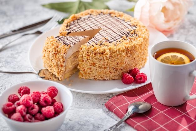 Une génoise avec de la crème se trouve sur une assiette.