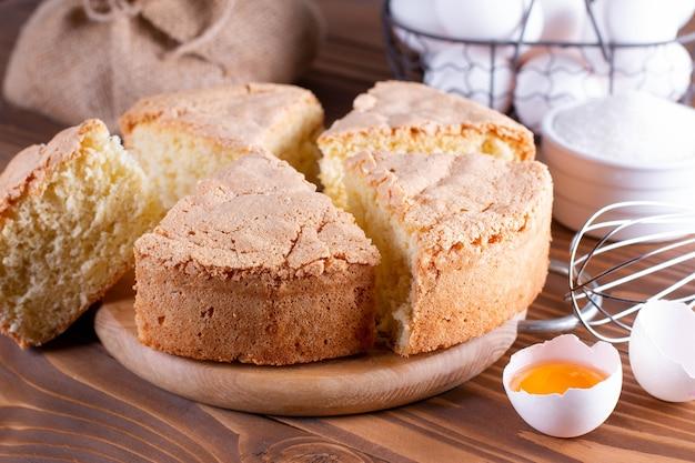 Génoise fraîche. biscuit en mousseline pour gâteau, mise au point sélective