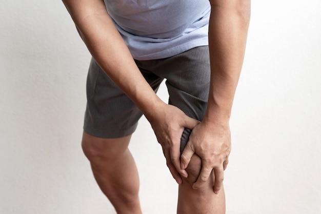 Le genou de l'homme est douloureux et engourdi, épuisé, picotements, effet secondaire du syndrome de guillainbarre du vaccin covid
