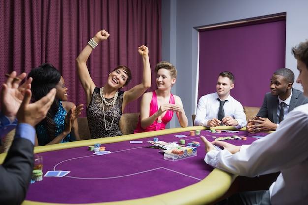 Les gens acclamant à la table de poker