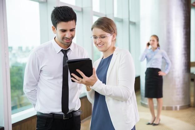 Les gens d'affaires à l'aide tablet 2