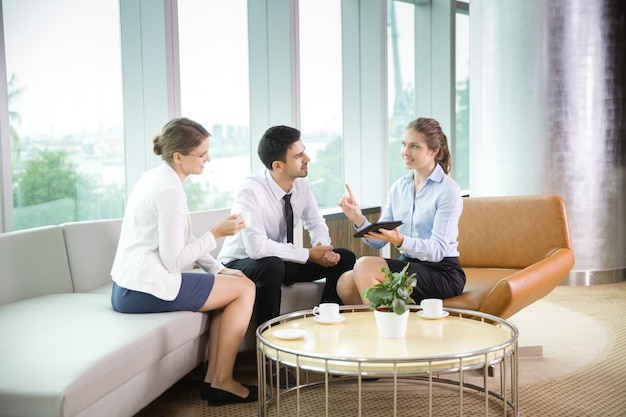 Les gens d'affaires à l'aide tablet cafe 2