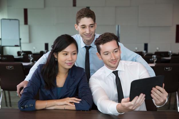 Les gens d'affaires à l'aide tablet dans office 2
